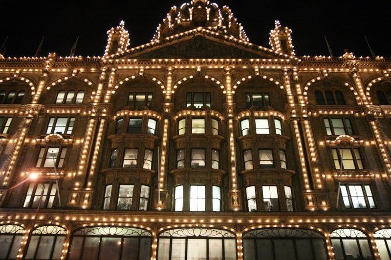 La fachada de Harrods en Navidad se llena de luces