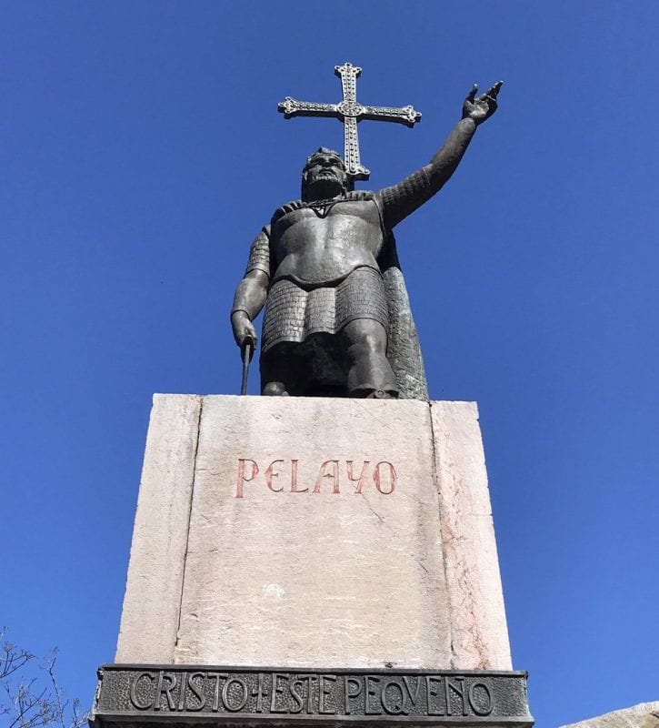 Escultura de Don Pelayo en Covadonga
