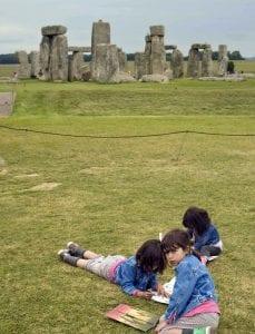 Stonehenge tiene un campo verde a su alrededor