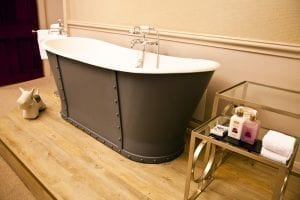 Bañera en la habitación del hotel Mercure en Aberdeen, Escocia
