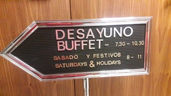 Anuncio de los horarios de desayuno en un hotel