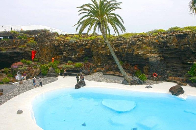 La piscina de los jameos del agua con su azul celeste
