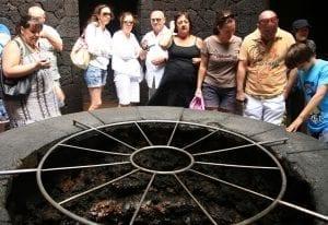 Los visitantes pueden ver la parrilla del restaurante el Diablo de Timanfaya