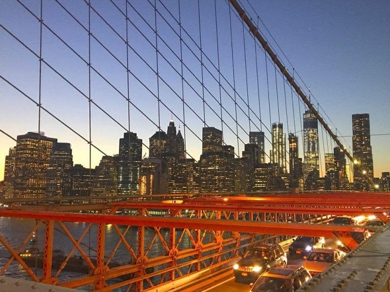 Vista nocturna de Manhattan desde el puente Brooklyn