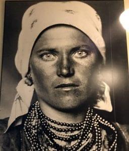 Foto de una emigrante en el museo