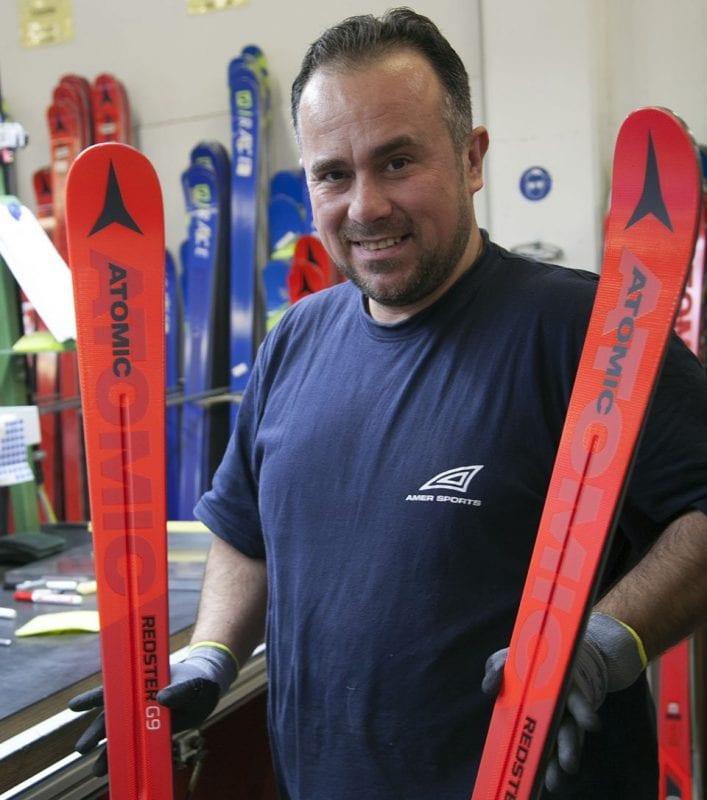Un trabajador muestra unos esquís acabados