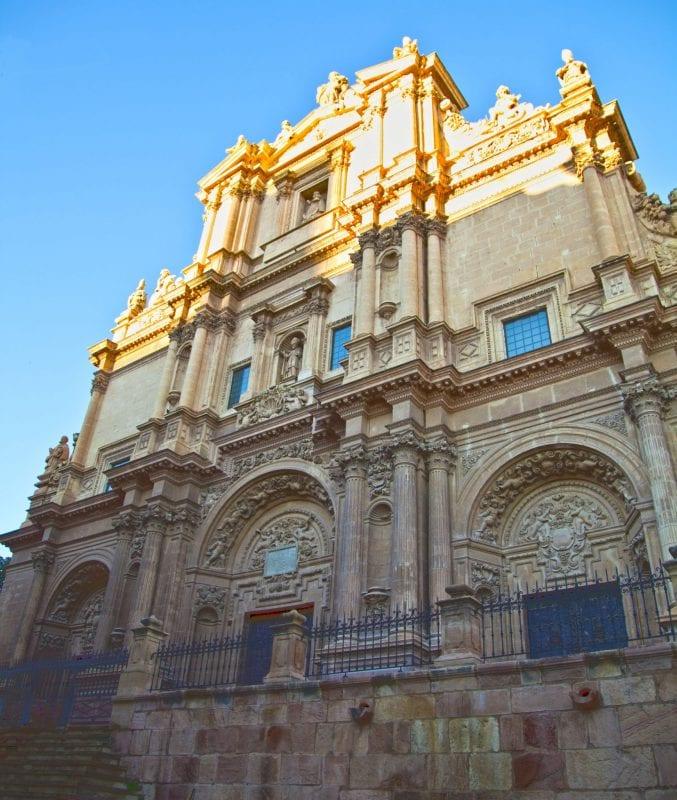 La fachada de la colegiata de San patricio es tardo barroca