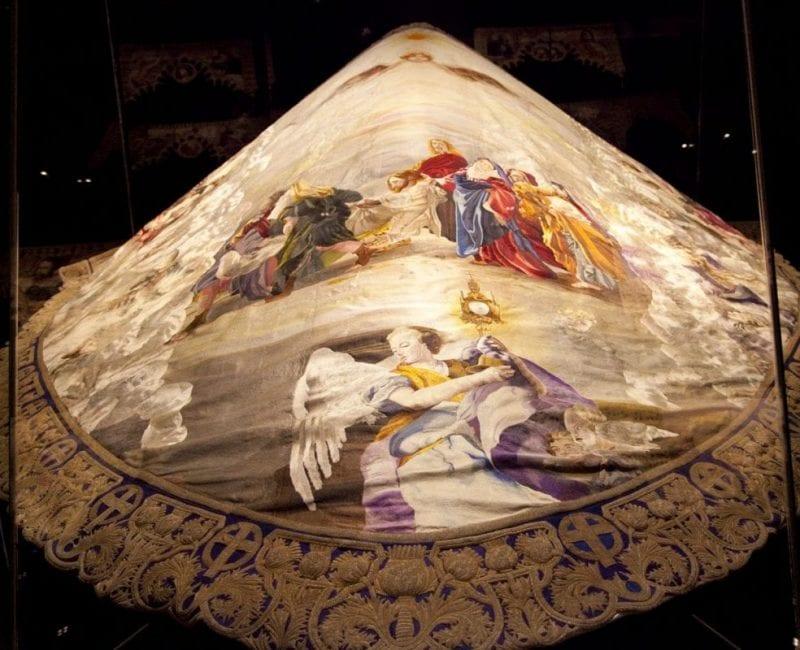 Manto de la Virgen de la Amargura, del Paso Blanco