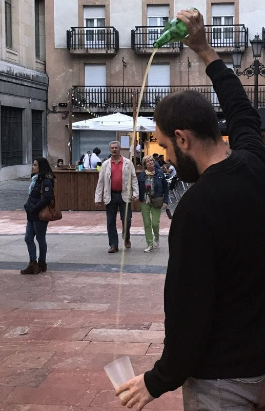 La sidra asturiana debe escanciarse