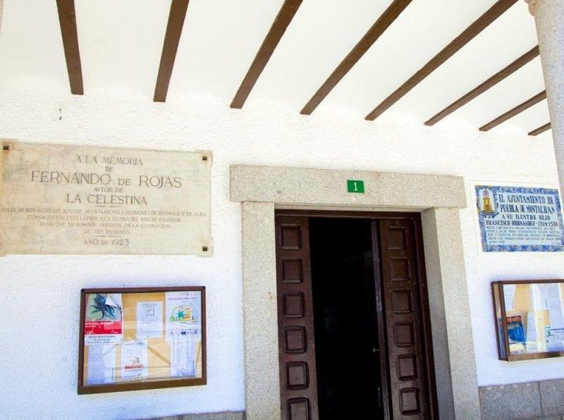 Placa en honor de Fernando de Rojas en el ayuntamiento de La Puebla