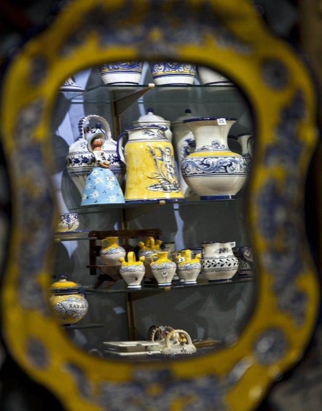 Escaparte con piezas de cerámica de Talavera