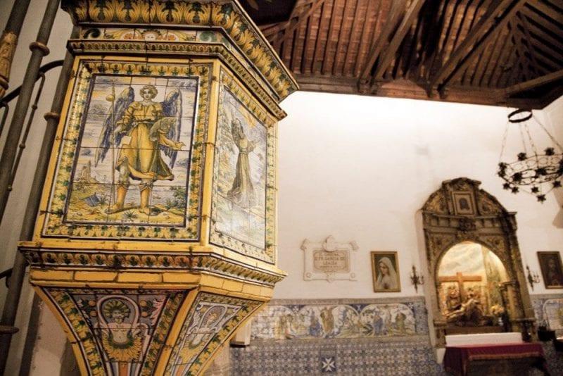 Púlpito de cerámica en el interior de la Basílica del Prado