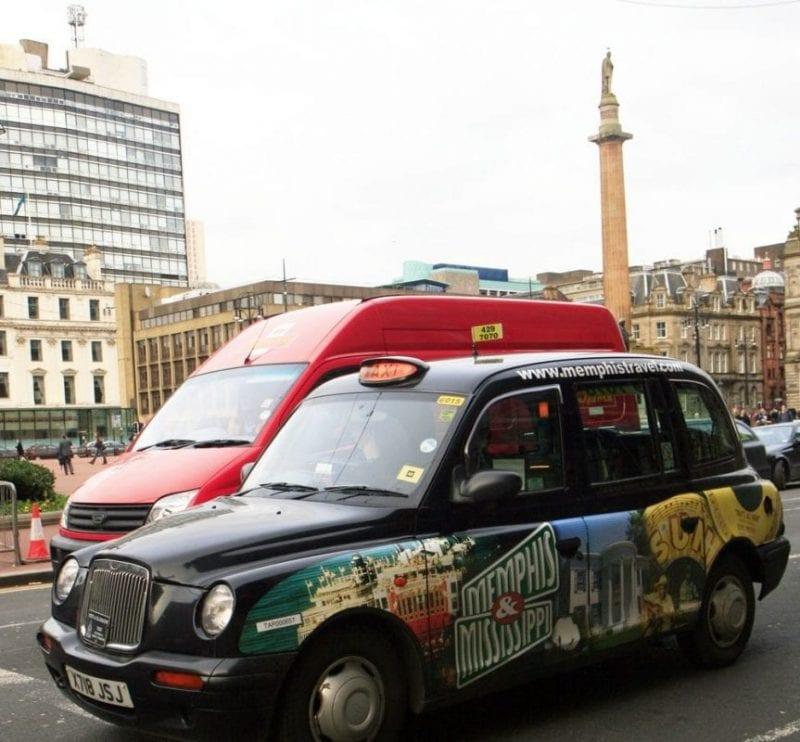 Taxi de Glasgow con publicidad