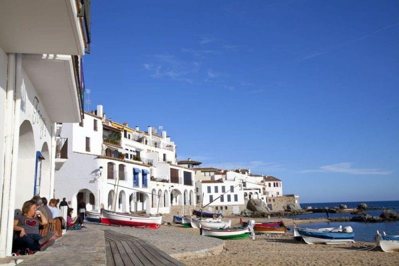 En Calella hay varios restaurantes donde comer frente al mar