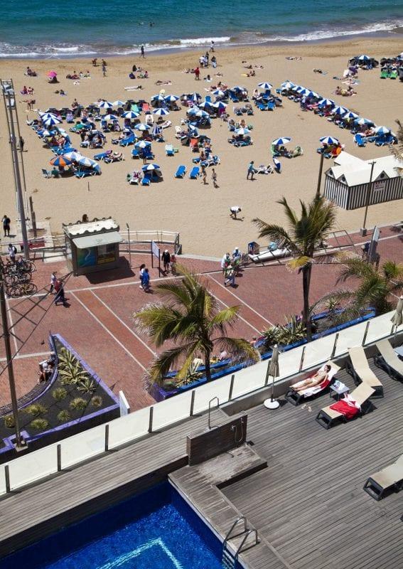 La piscina del Secotel Cristina está frente al mar