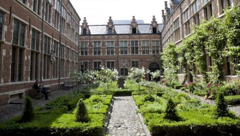 Jardín interior de la casa Plantin Moretus