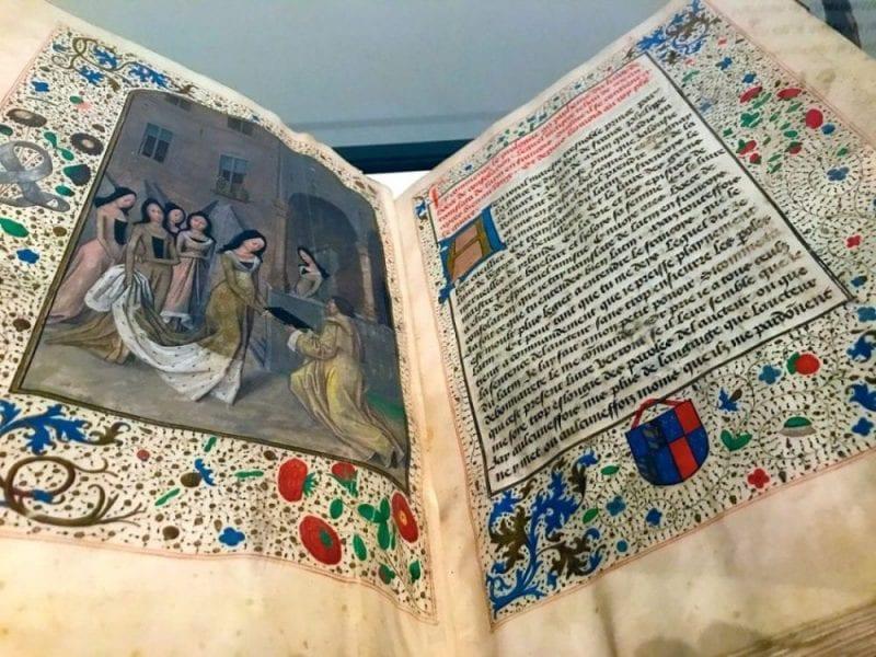 Manuscrito escrito para Margarita de York expuesto en la muestra dedicada a Colard mansion