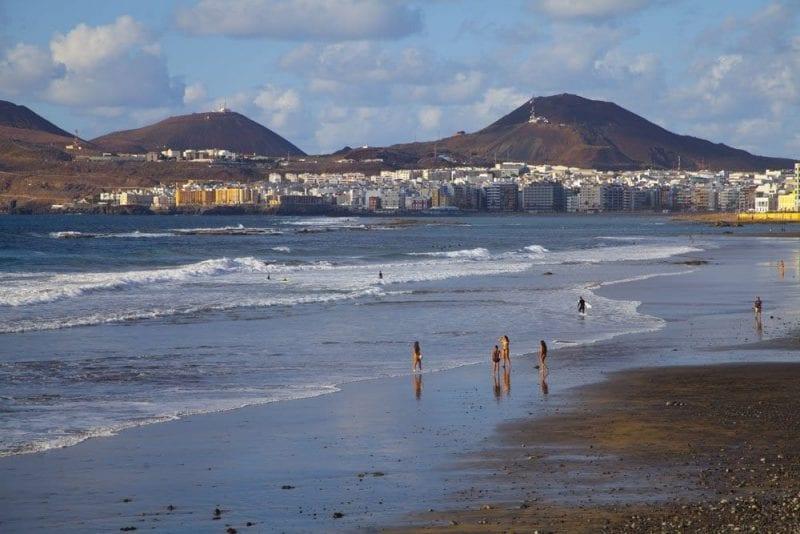 En Las Canteras (Las Palmas) hay una zona de arena negra