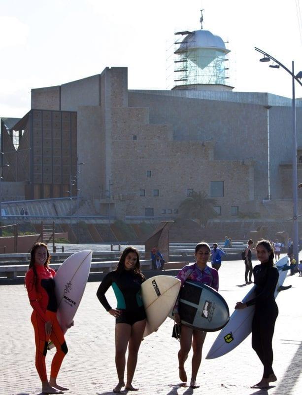 Grupo de jóvenes surferas frente al auditorio Alfredo Kraus