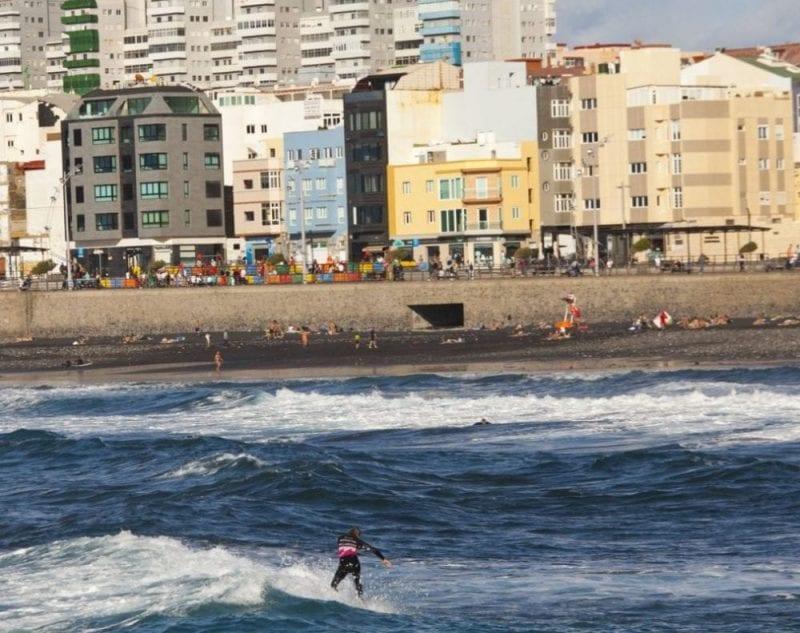 Surf en zona Cícer de la playa de Las Canteras en Las Palmas de Gran Canaria
