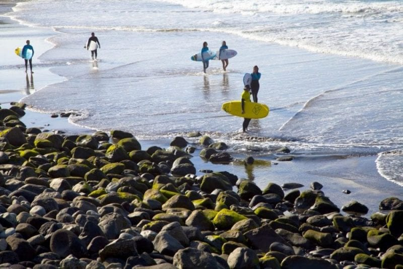 El atardecer, la hora preferida de los surferos
