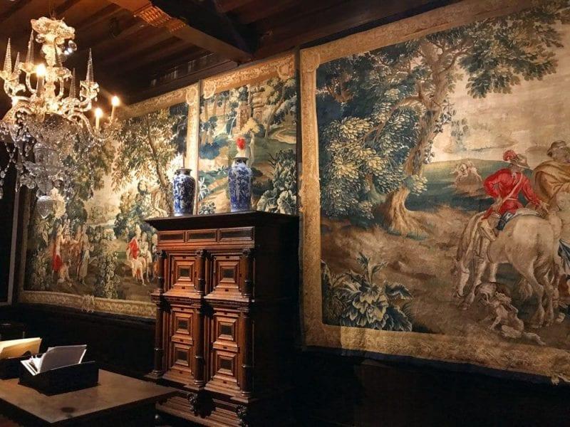 En el museo hay expuestos valiosos tapices, porcelanas...