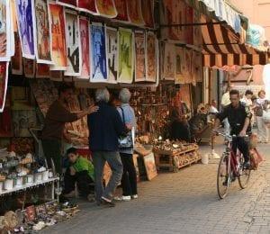 Por la Medina circulan motos, bicicletas...