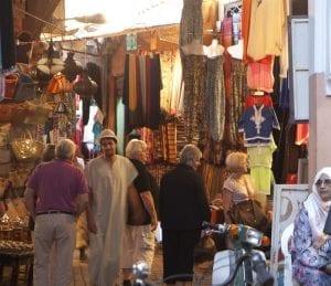 La Medina es un batiburrillo de gente y de puestos coloristas