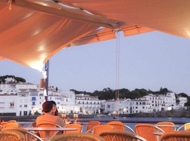 Cena en una terraza en Cadaqués