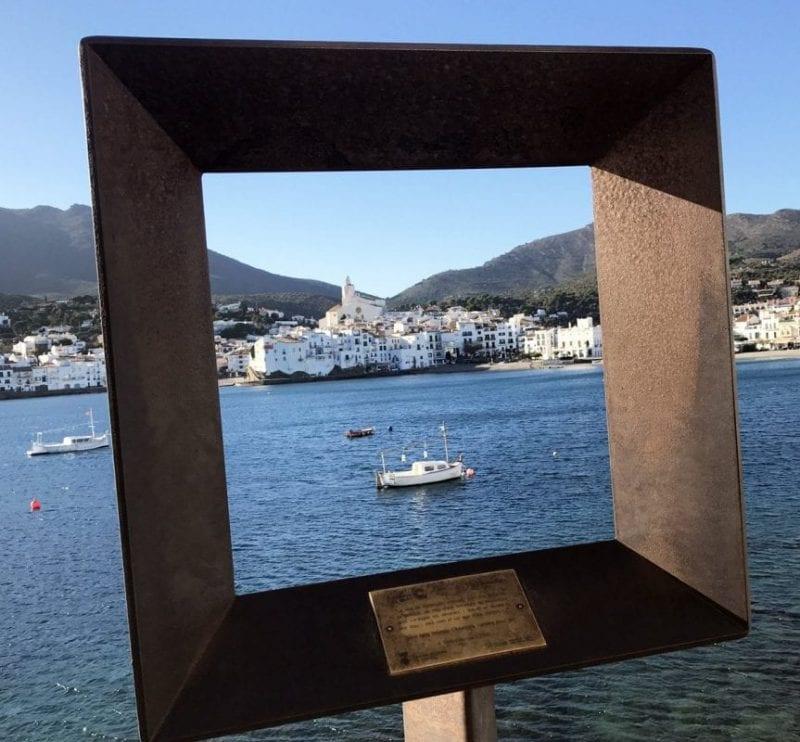 Homenaje a Dalí en el paseo de Cadaqués