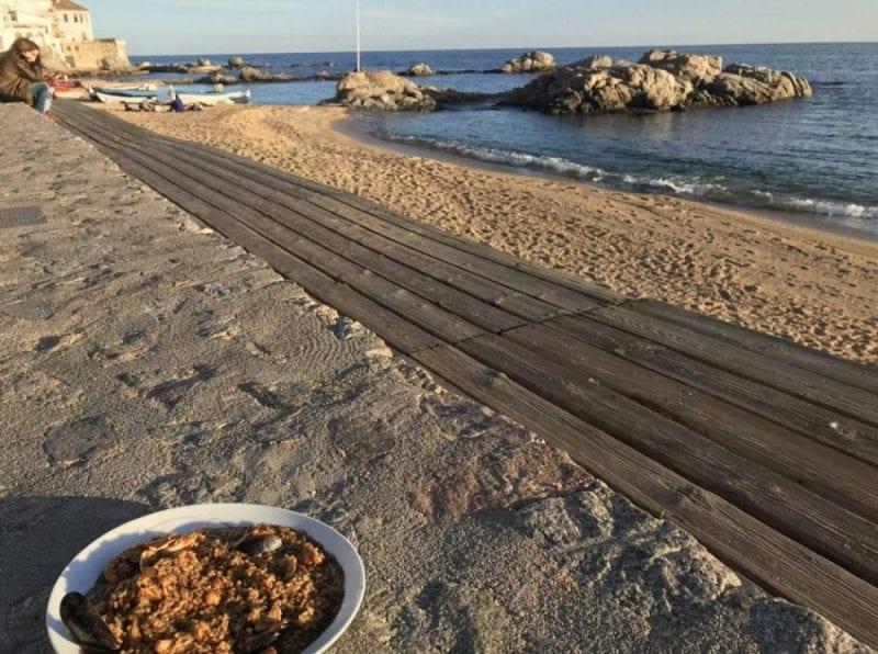 Plato de arroz frente al mar en Calella