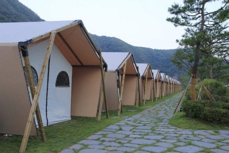 Hay campings que ofrecen tiendas, cabañas...
