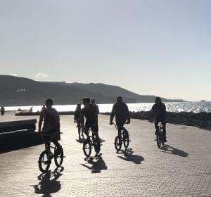 Ciclistas disfrutando del paseo de Las Canteras