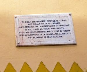Placa dedicada al paso de Colón por la ciudad