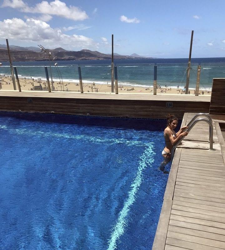 La piscina del hotel Cristina, frente a la playa