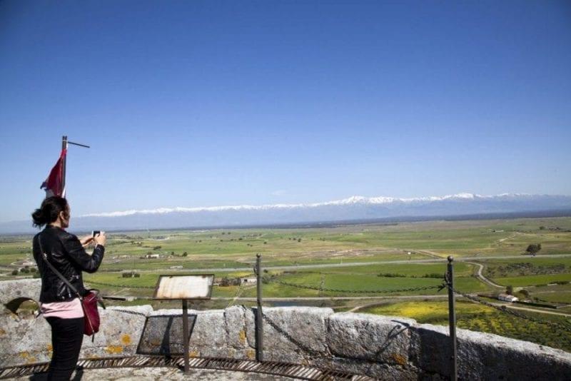 Vista de Gredos desde el castillo de Oropesa de Toledo