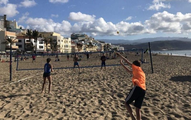 Partido de voley en Playa Grande