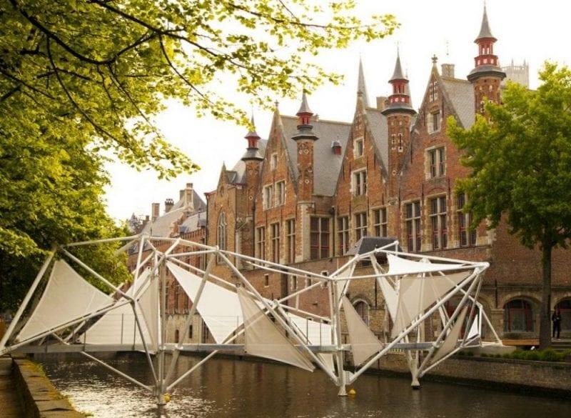 Perfiles metálicos y lonas dan forma al puente