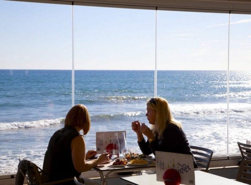 El Sitges hay muchos restaurantes donde comer con vistas al mar