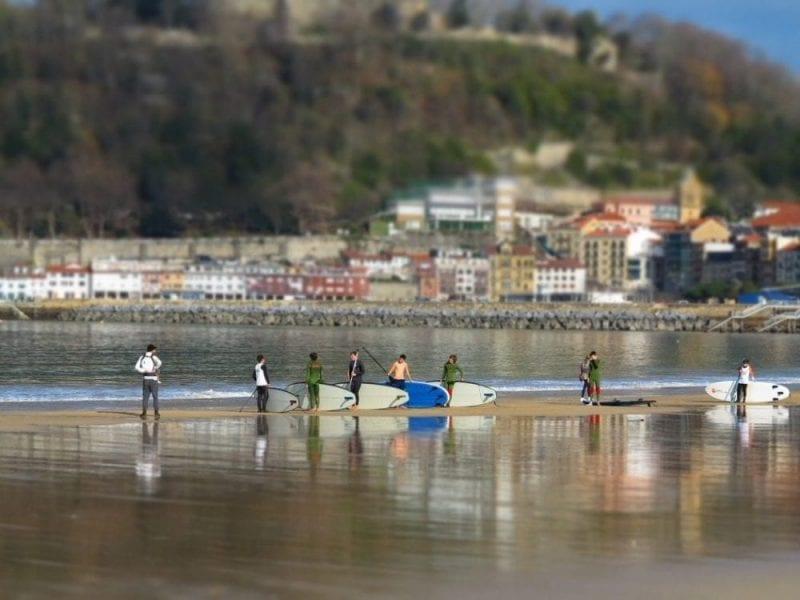 Surf en la playa de La Concha, en San Sebastián