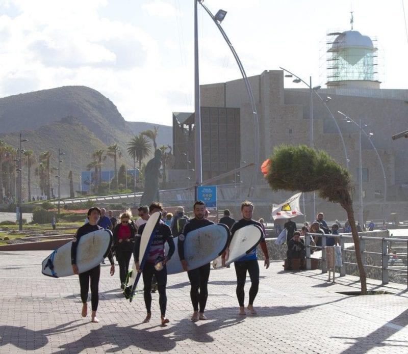 Jóvenes surferos frente al Auditorio Alfredo Kraus