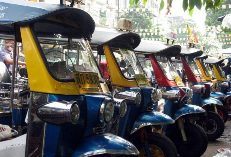 Tuc tucs aparcados en una calle de Bangkok