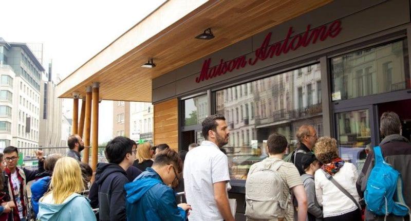 Colas para comprar patatas en Maison Antoine