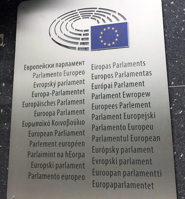 Placa del Parlamento Europeo en todos los idiomas de la UE
