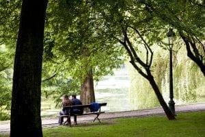 El parque Leopold tiene rincones agradables donde sentarse a comer