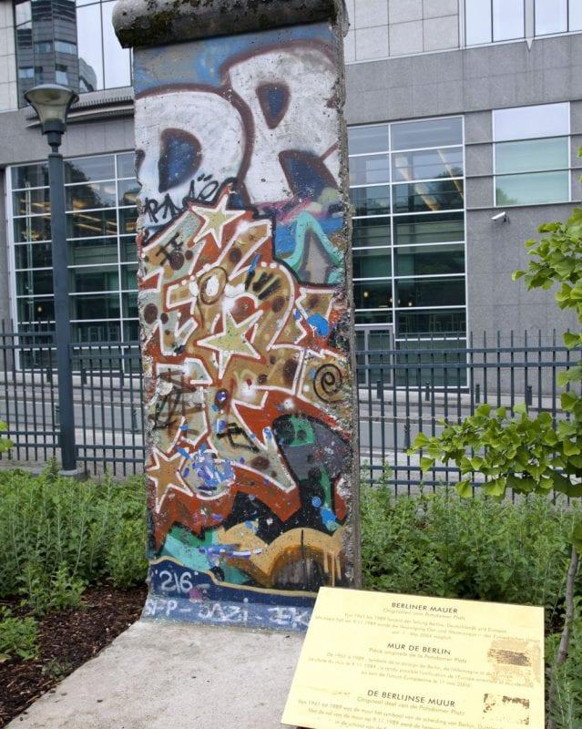 Restos del muro de Berlín en la puerta del Hemiciclo