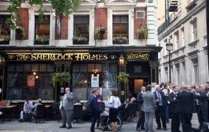 El Sherlock Holmes pub siempre está lleno