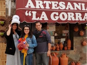 Con María José a la entrada de su tienda taller en Montehermoso