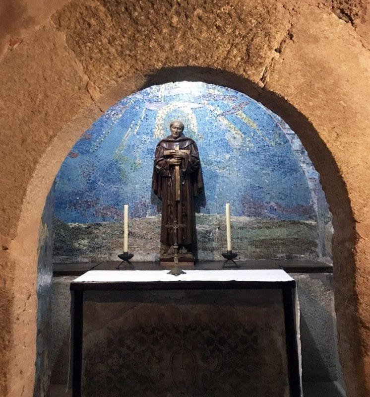 En la capilla del monasterio apenas caben tres personas