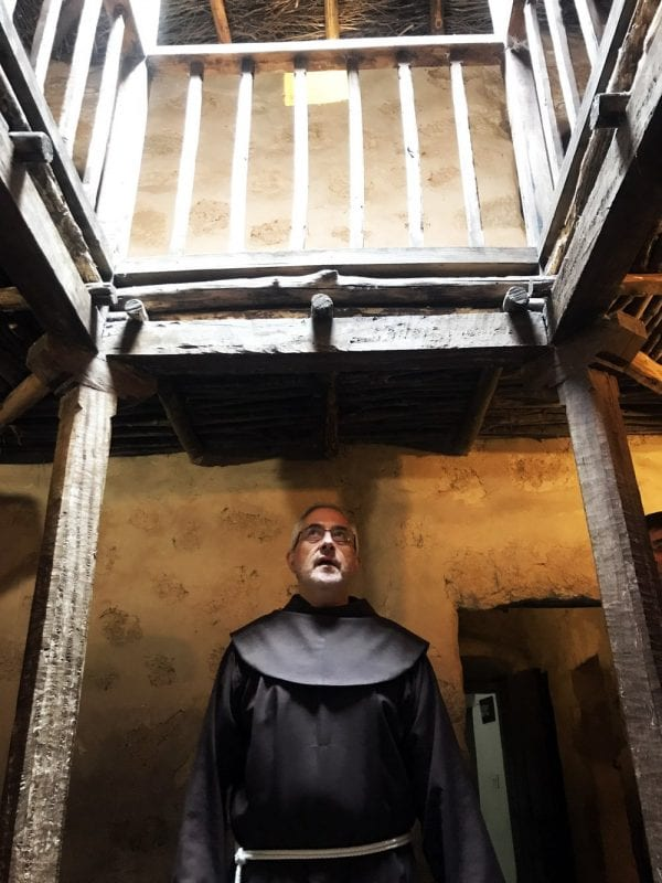 Fray Emilio en el claustro más pequeño del mundo